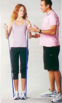 3. Üst kol çalıştırma: Bandı ayaklarınızın altına sıkıştırın ve avuç içleri yukarı bakacak şekilde tutun, dirsekler sabit kalacak şekilde kollar yukarı doğru büküp tekrar başlangıç pozisyonuna dönün. Hareketi 4 set halinde yapın, her set 12-15 tekrardan oluşmalı.  Çalışan bölge:  Üst ön kol (Pazu olarak bilinen biceps kası)